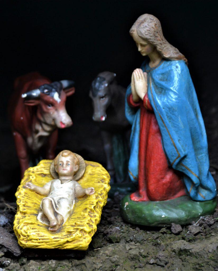 Krippe mit Jesuskind, Joseph und Ochs und Esel
