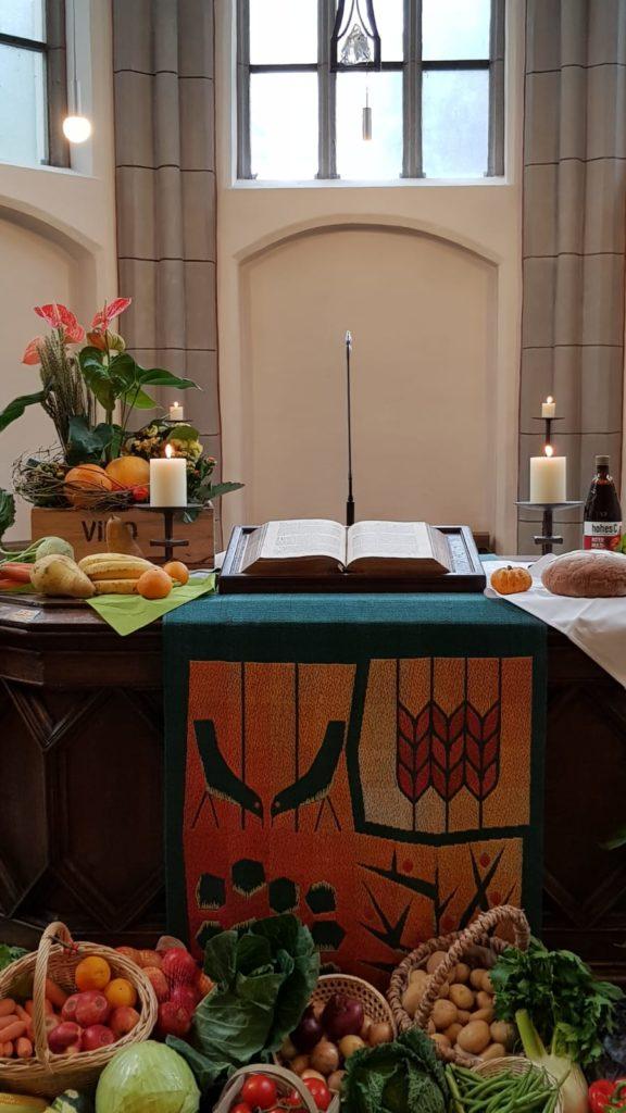 Altarbild der Beecker Kirche mit Sonnenblumen, Kürbissen, Feldfrüchten, Gemüse